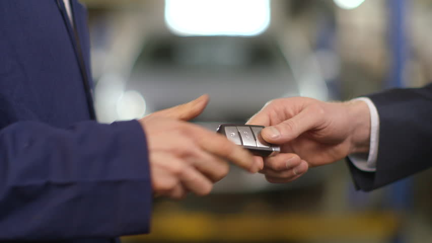 we-buy-cars-bristol-handing-over-car-key-1
